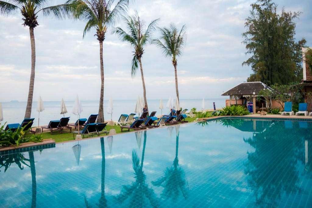 Zwembad met uitzicht op zee van het Lanta Casuarina Beach Resort. één van de De beste goedkope slaapplekken op Koh Lanta