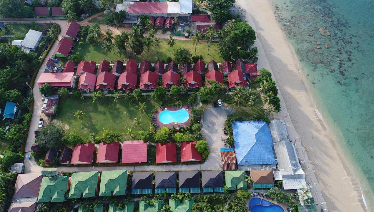 Aerial view of the grounds of Lanta Emerald Bungalow, one of the best cheap places to sleep on Koh Lanta