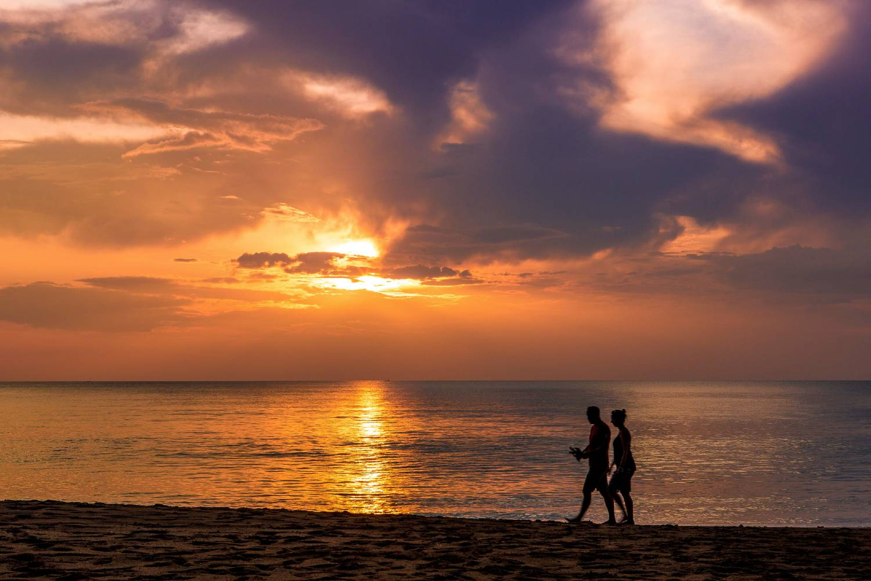 Zonsondergang gezien vanaf Long Beach op Koh Lanta, Thailand