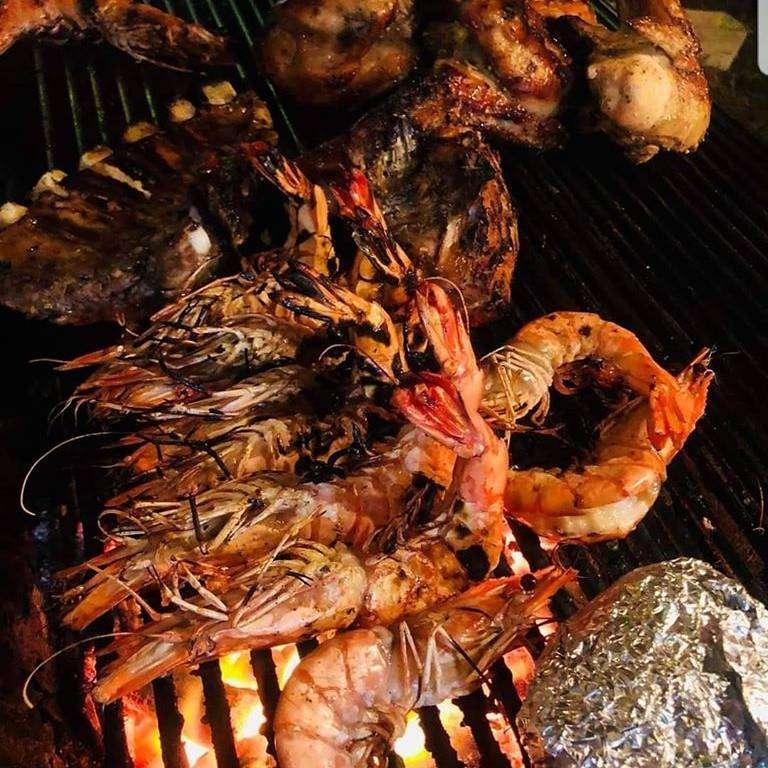 Garnalen en spareribs op de barbeque bij Mays Kitchen, één van de beste restaurants in de buurt van Long Beach op Koh Lanta