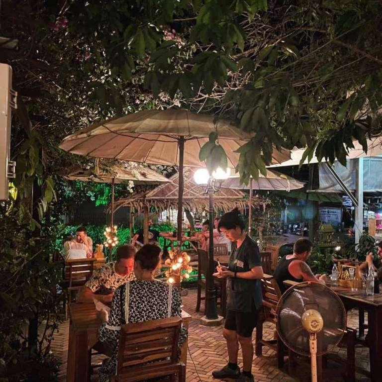 De tuin van Patty's Garden,, één van de beste restaurants in de buurt van Long Beach op Koh Lanta
