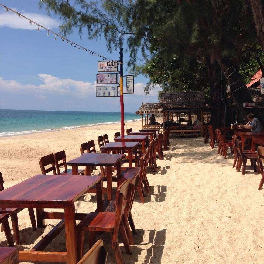 Lekker buiten eten bij Thai Cat Pub & Restaurant , één van de beste restaurants in de buurt van Long Beach op Koh Lanta