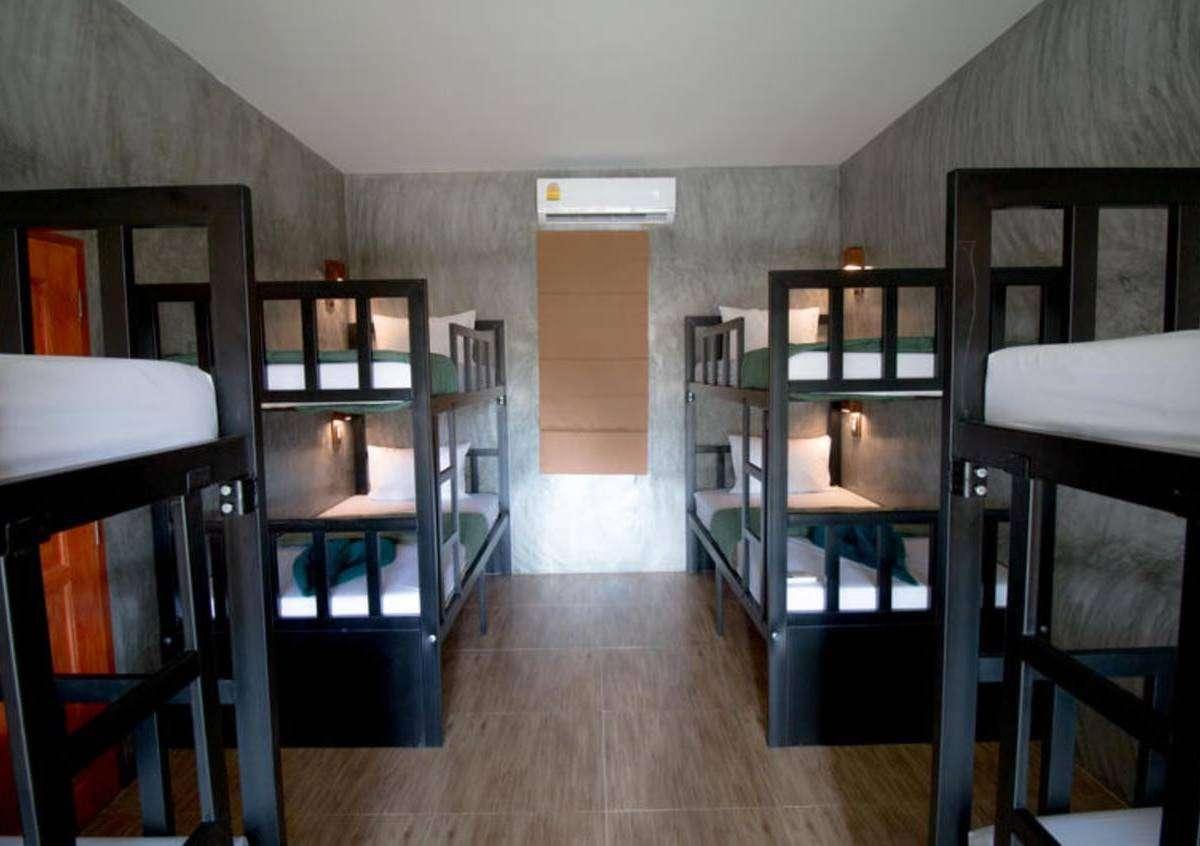 Mixed dorm room bij het Blanco Hostel in de buurt van Long Beach op Koh Lanta