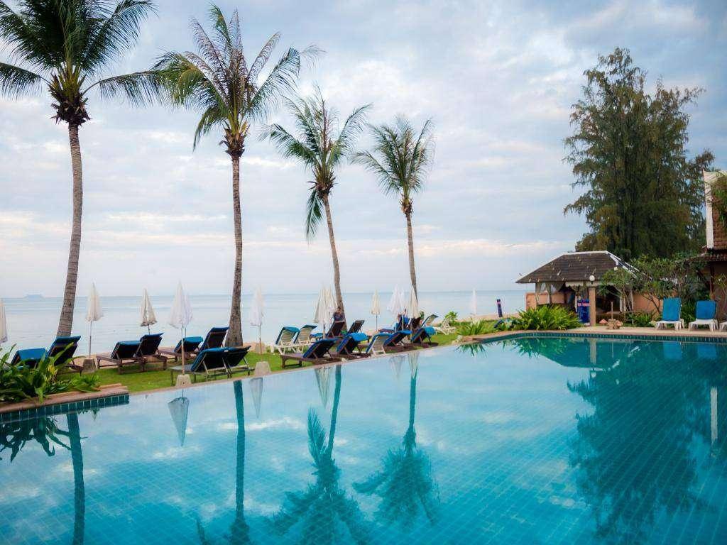 Het zwembad van Lanta Casuarina Resort aan Long Beach op Koh Lanta