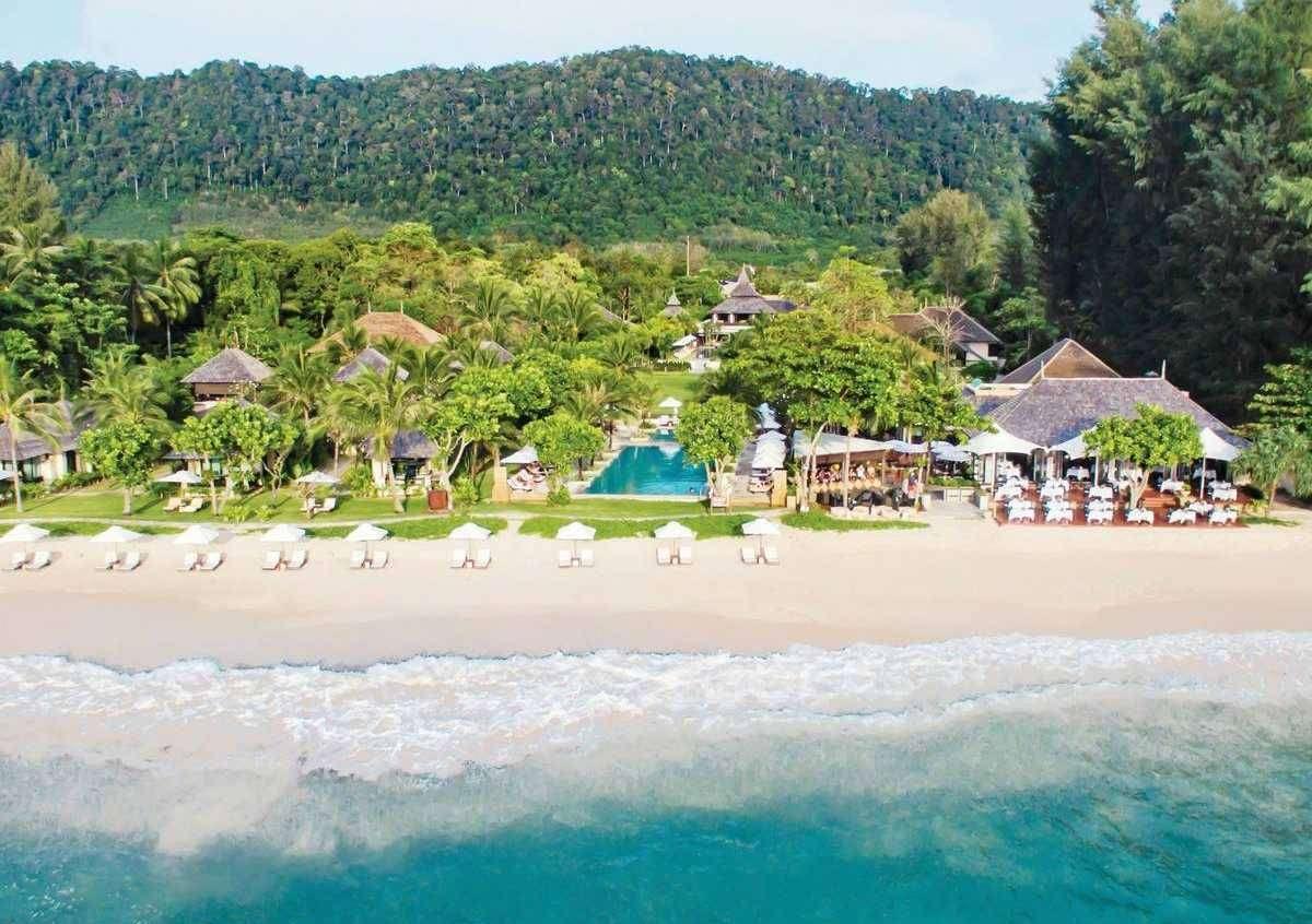 Layana Resort & Spa gezien vanaf de zee aan Long beach op Koh Lanta