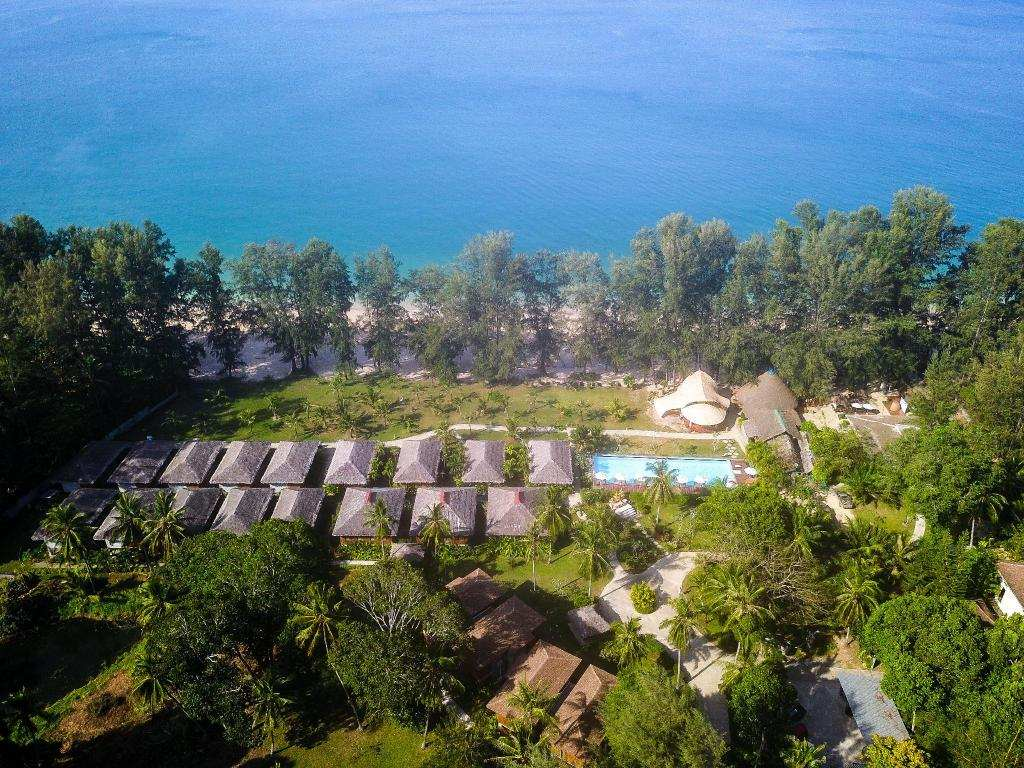 Luchtfoto van Long Beach Chalet aan Long Beach op Koh Lanta
