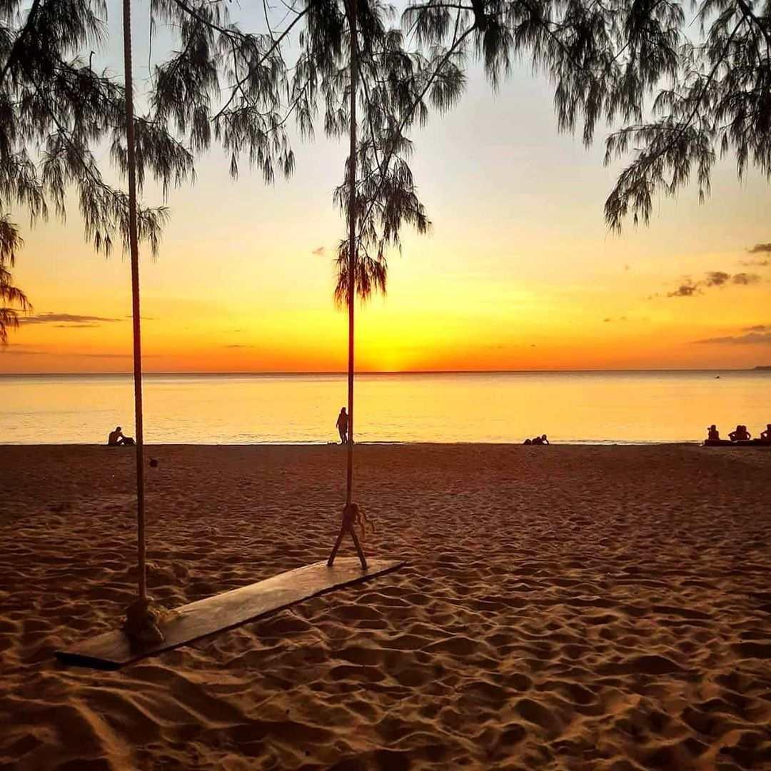 Schommel op het strand van Long Beach, Koh Lanta