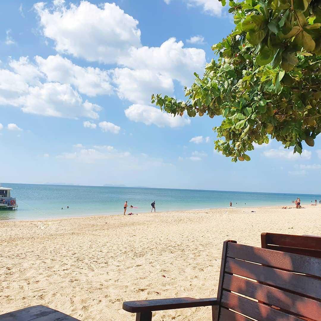 Lekker aan het strand zitten bij Long Beach op Koh Lanta