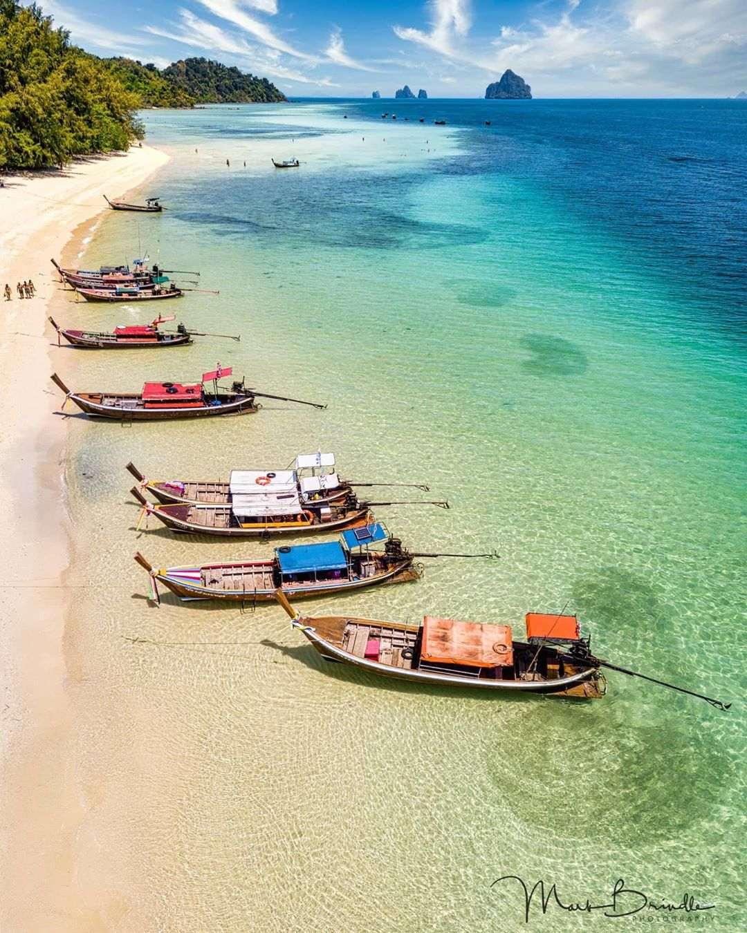 Longtailbootjes aangemeerd aan de kuststrook van Koh Kradan, Thailand