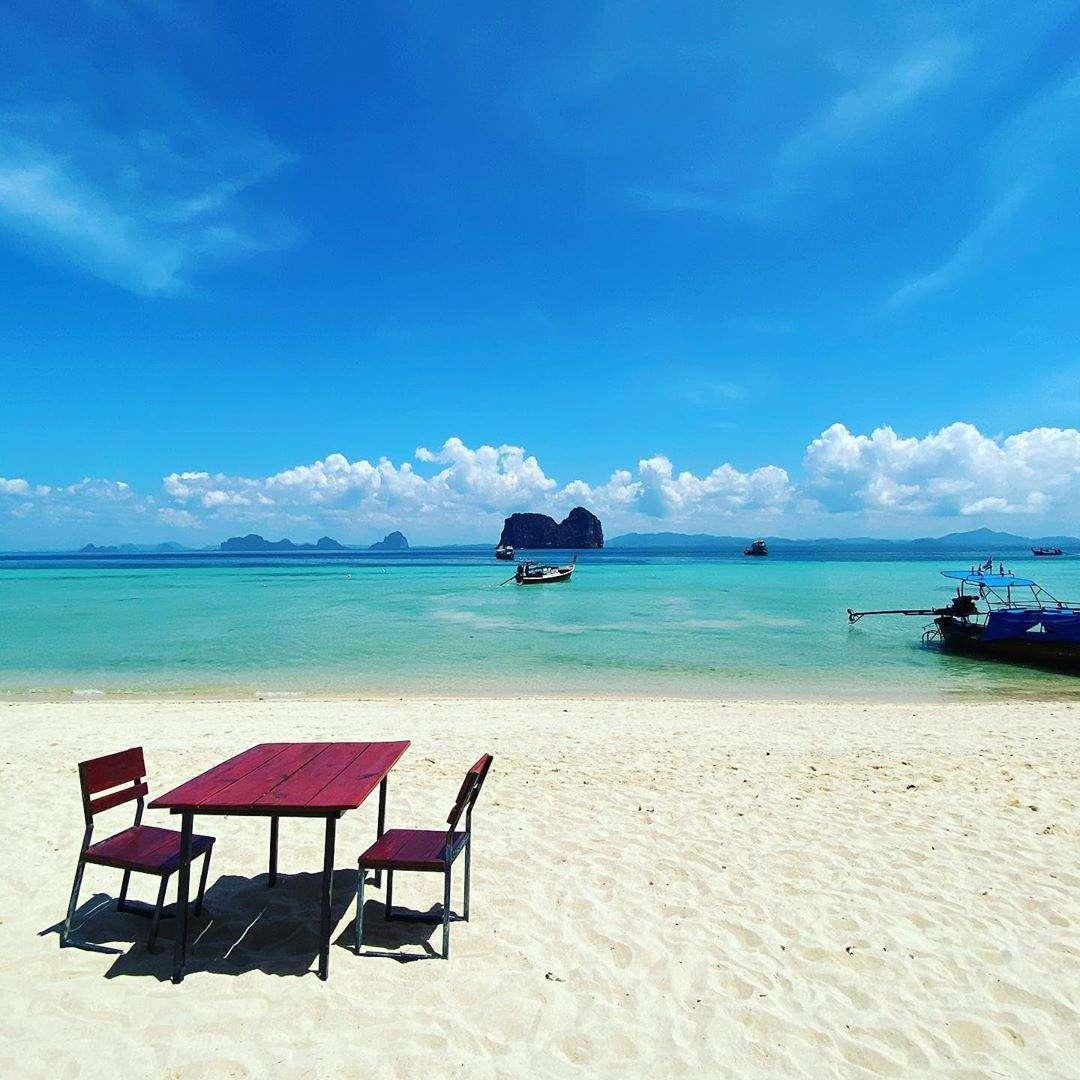 Tafeltje met stoelen op het hoofdstrand van Koh Ngai