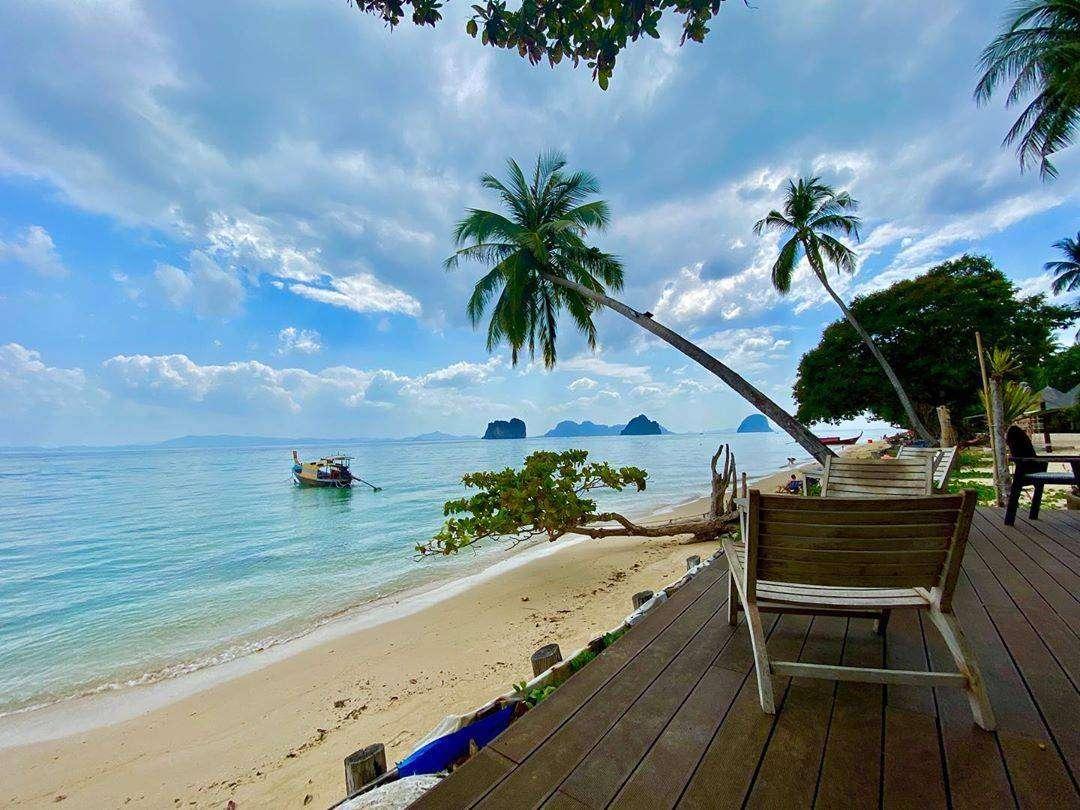 Uitzicht vanaf het Thapwarin Resort op Koh Ngai