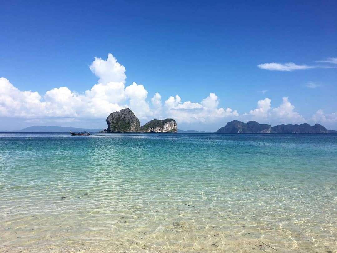 uitzicht vanaf het strand van Koh Ngai