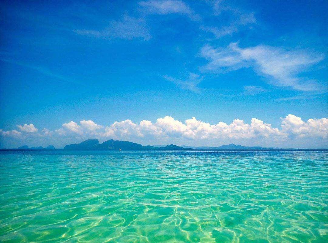 The clear blue-green sea of Koh Kradan in Thailand
