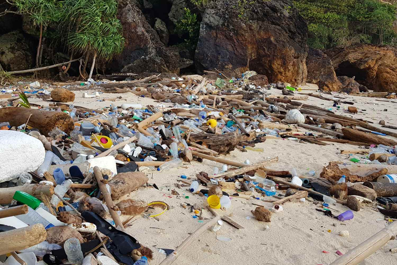 Plastic troep op Sunset Beach, Koh Kradan