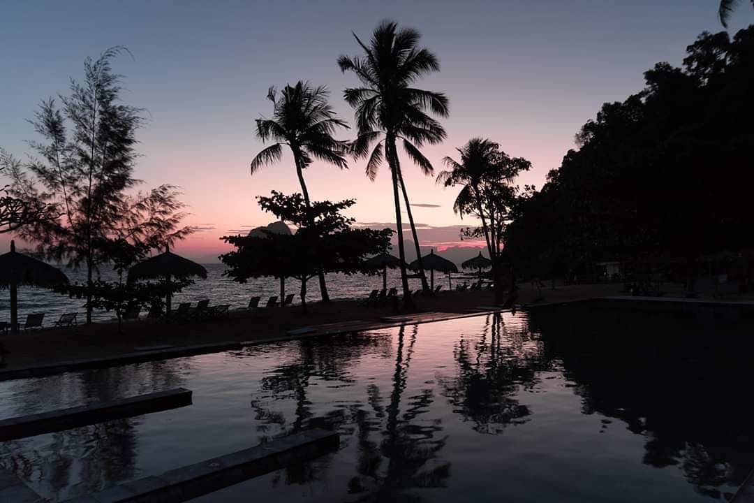 Avondschemering bij het Thanya Resort op Koh Ngai