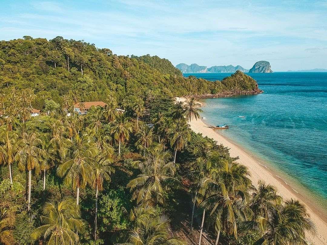 De kuststrook van Koh Ngai gezien met een drone