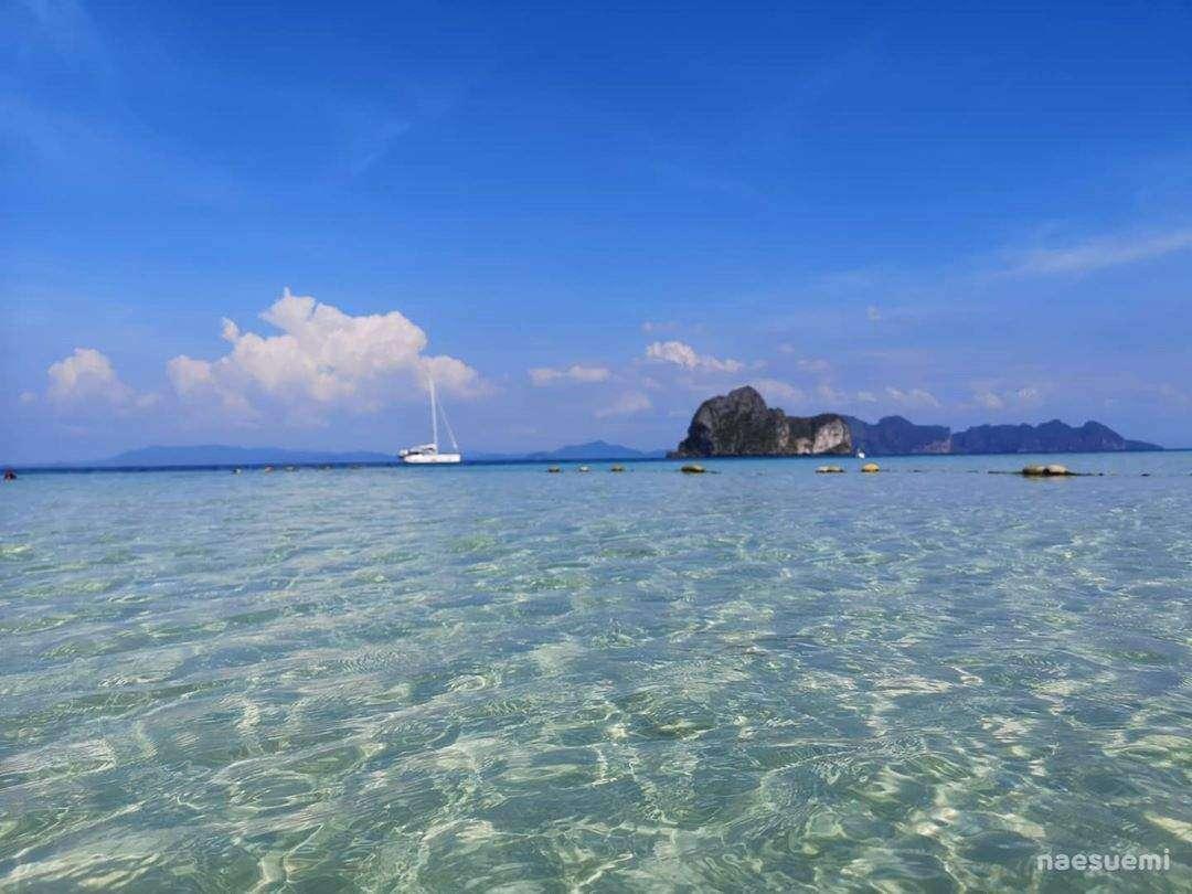 De helderblauwe Andaman zee voor Koh Ngai