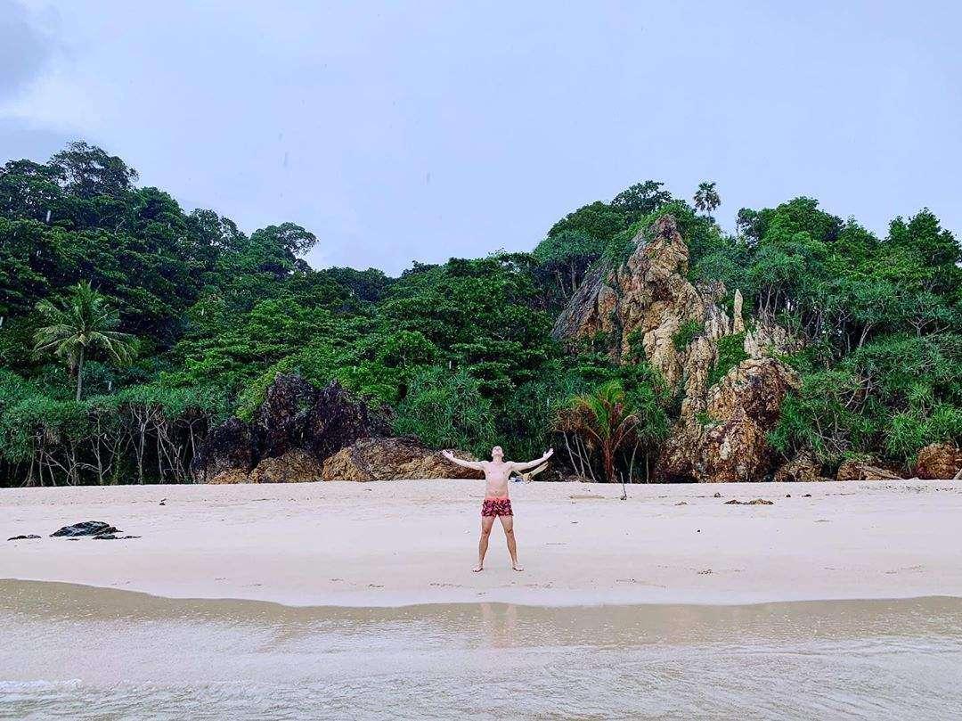 Man op Sunset Beach op Koh Kradan
