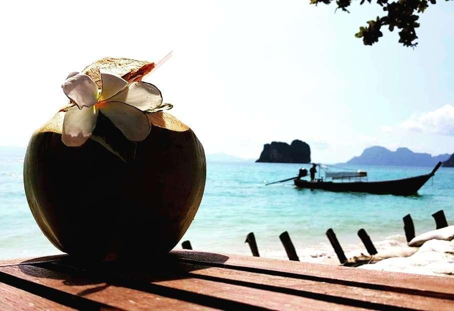 Kokosnoot om te drinken met uitzicht op zee