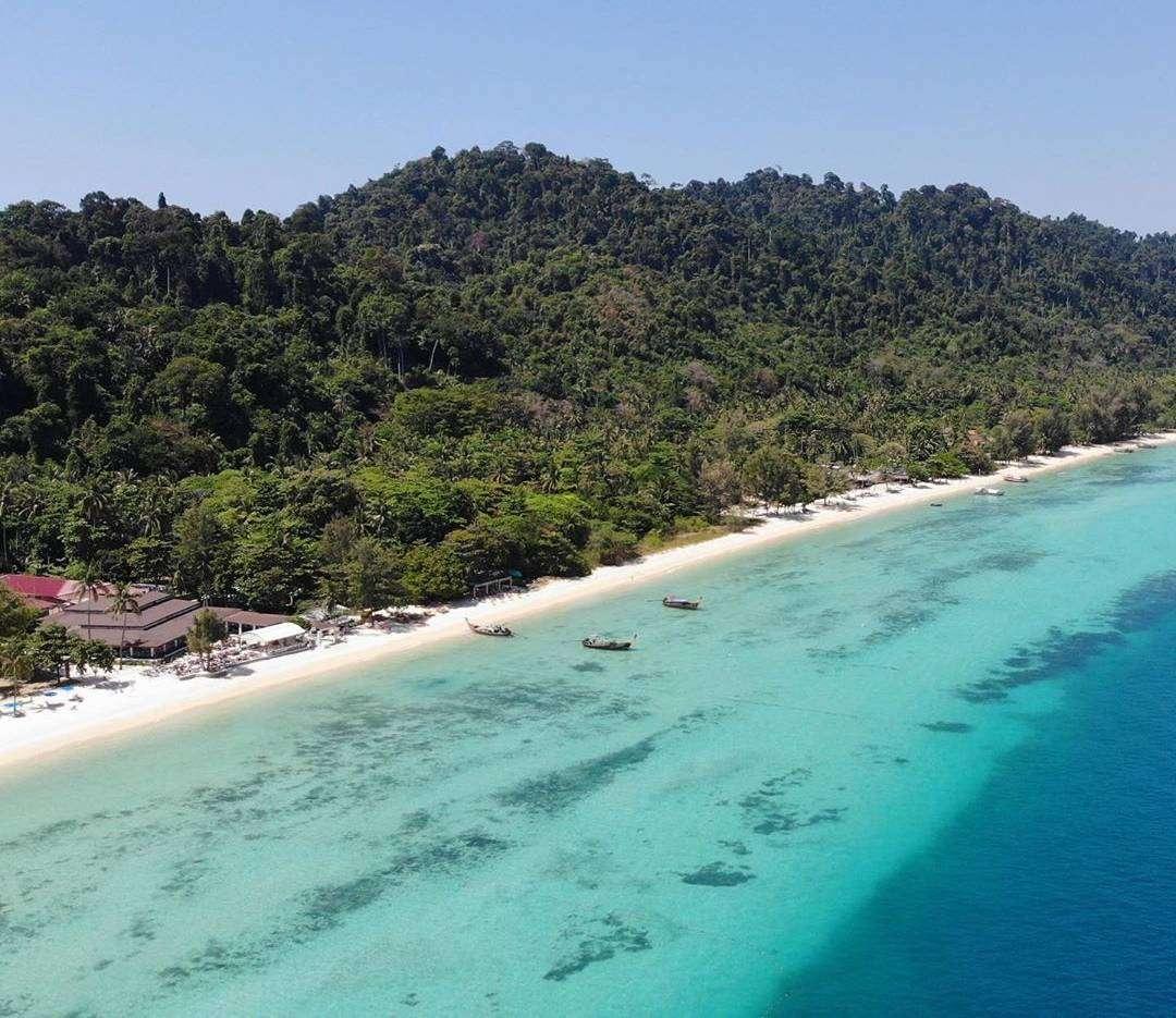 De kuststrook van het hoofdstrand van Koh Ngai in Thailand
