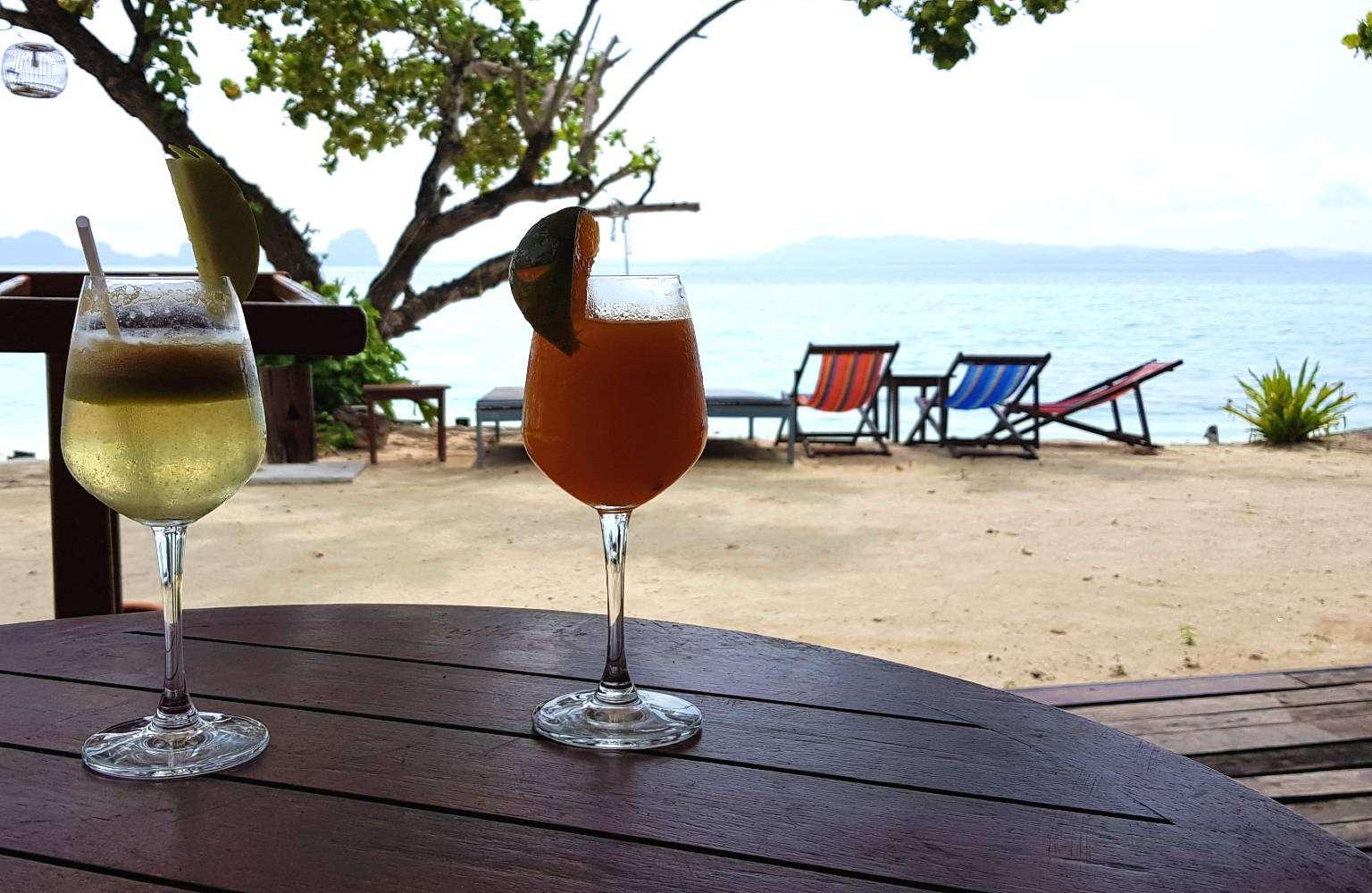 Cocktails en drankjes aan het strand van Koh Ngai