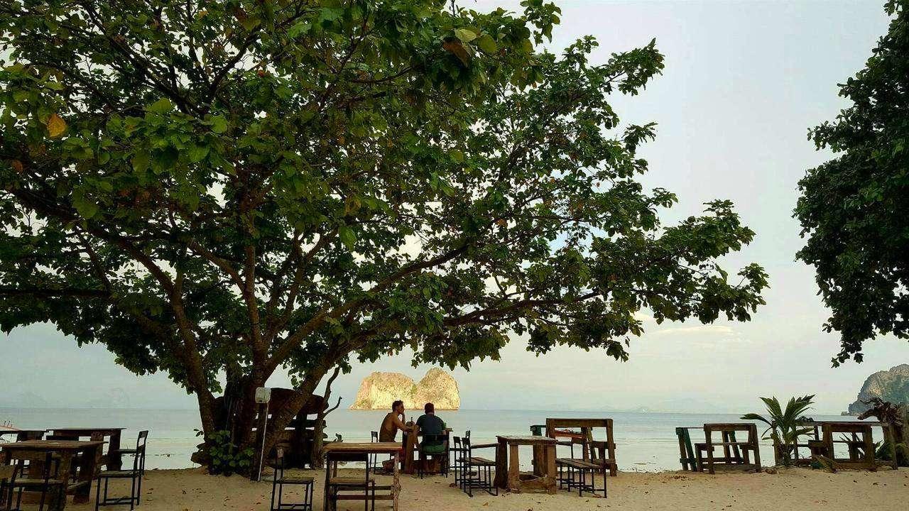 Restaurant onder een grote boom op Koh Ngai