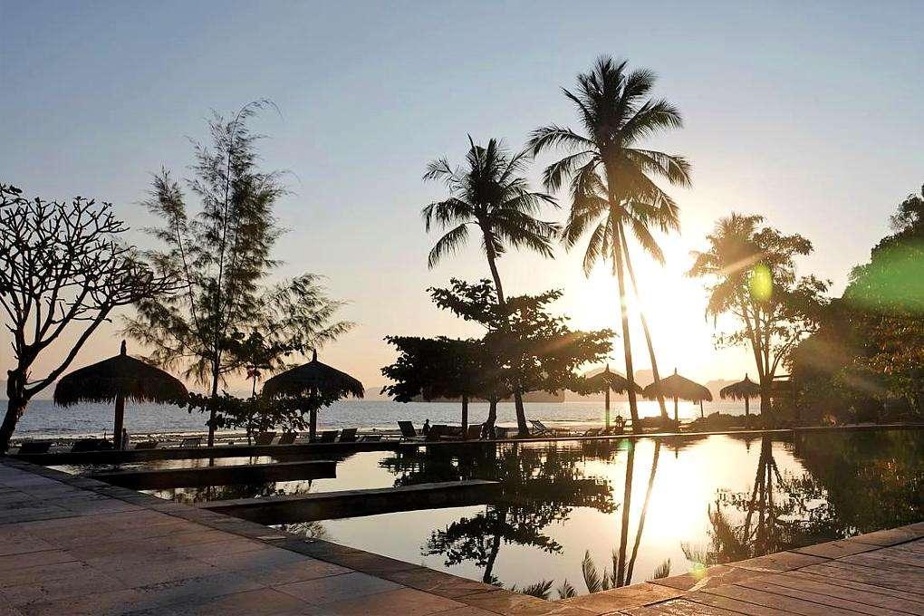 Resort met zwembad aan het strand van Koh Ngaiai