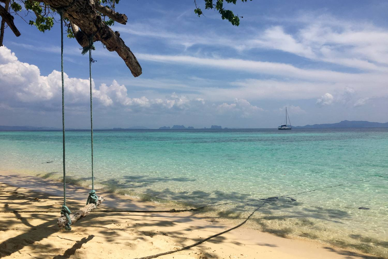Schommel op Ao Niang Beach van Koh Kradan