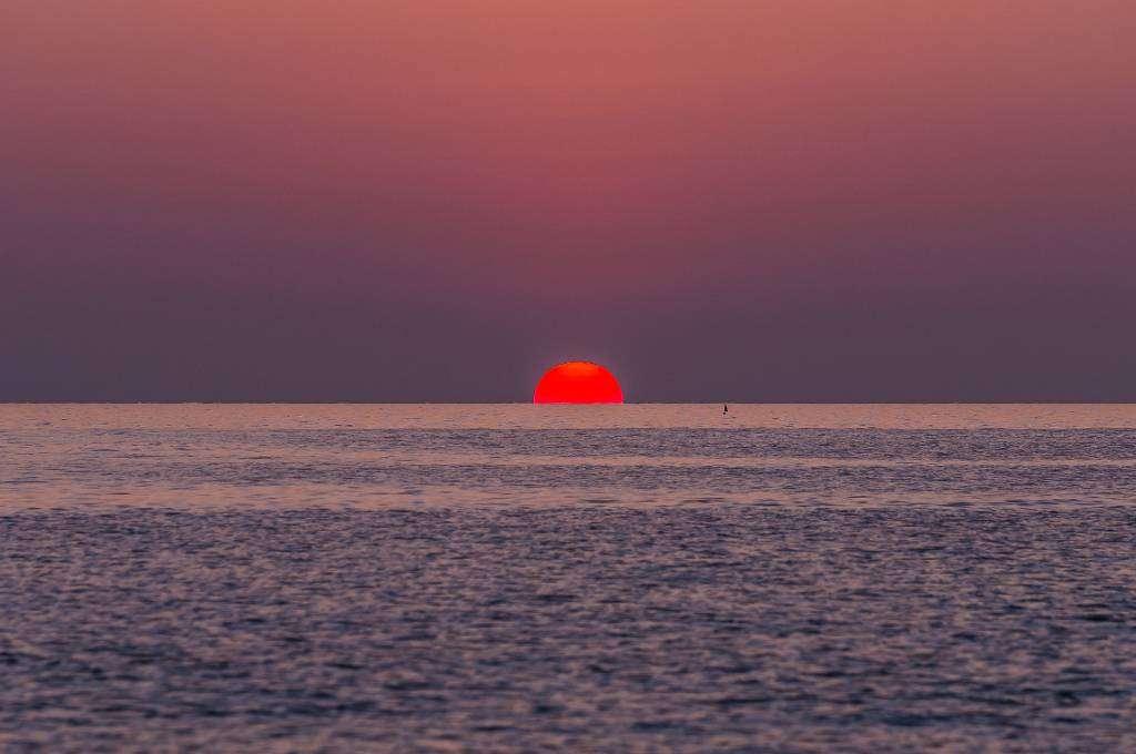 De zon zien ondergaan vanaf Sunset Beach op Koh Kradan