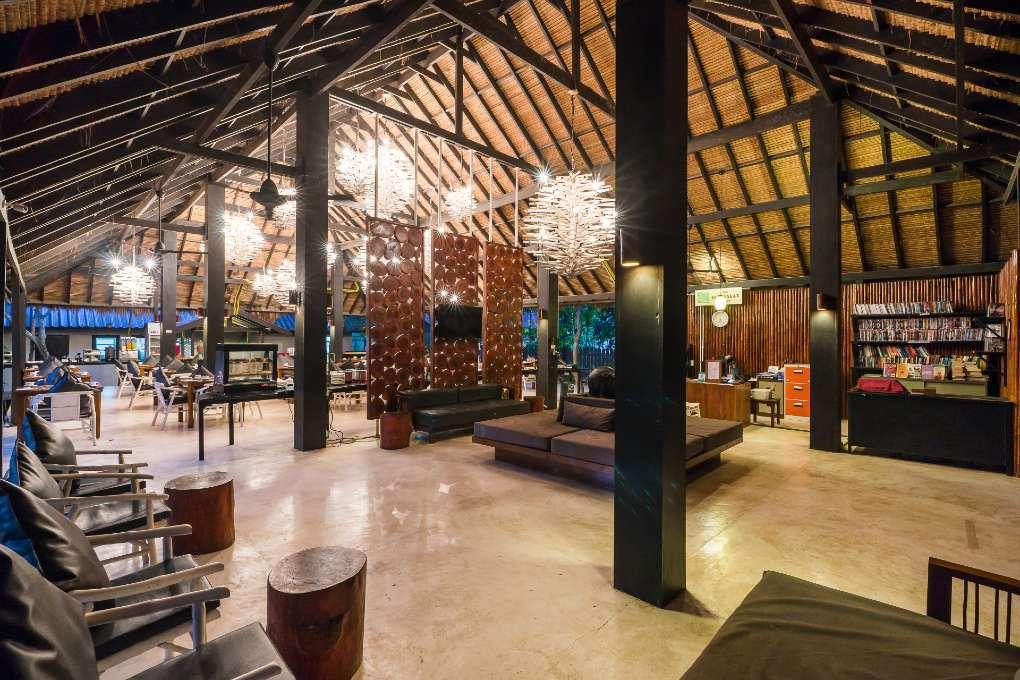 De lobby en het Sevenseas Restaurant van The Sevenseas Resort op Koh Kradan