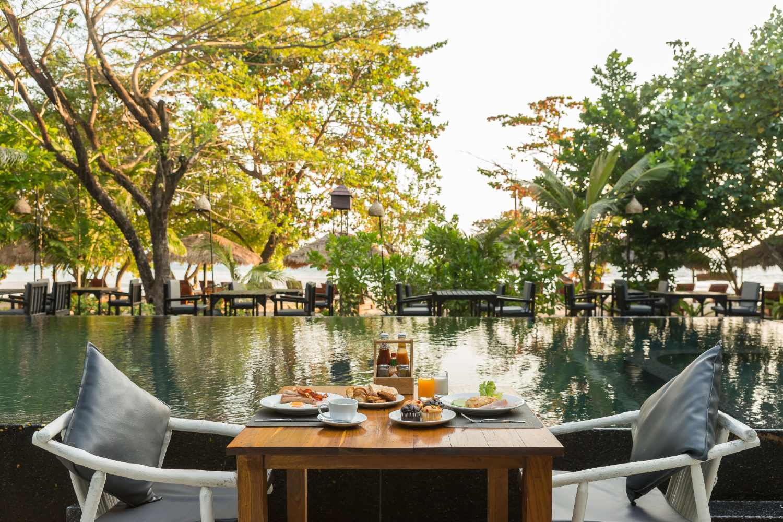 Onbijtje aan het zwembad bij The Sevenseas Resorts op Koh Kradan in Thailand