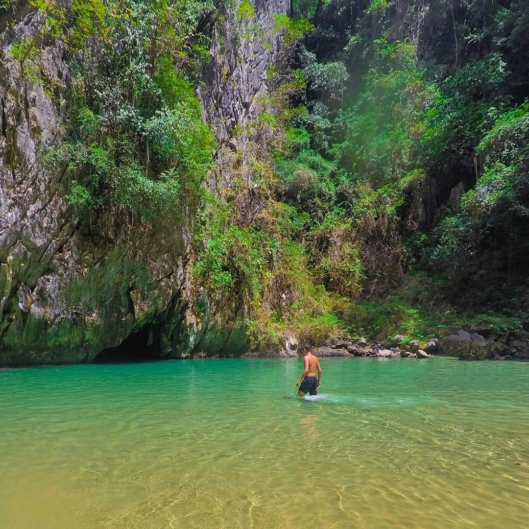 Binnen in de verborgen lagoon van de Emerald Cave