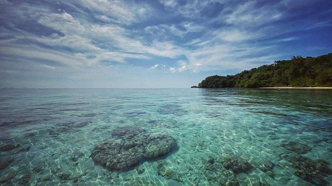 Kraakheldere blauwgroene zee op Koh Mook