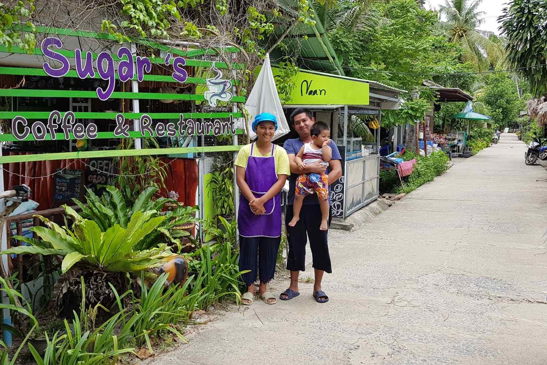 Sugar de vriendelijke eigenaar voor het restaurant Sugar's coffee and Restaurant (een van de beste restaurants van Koh Mook)