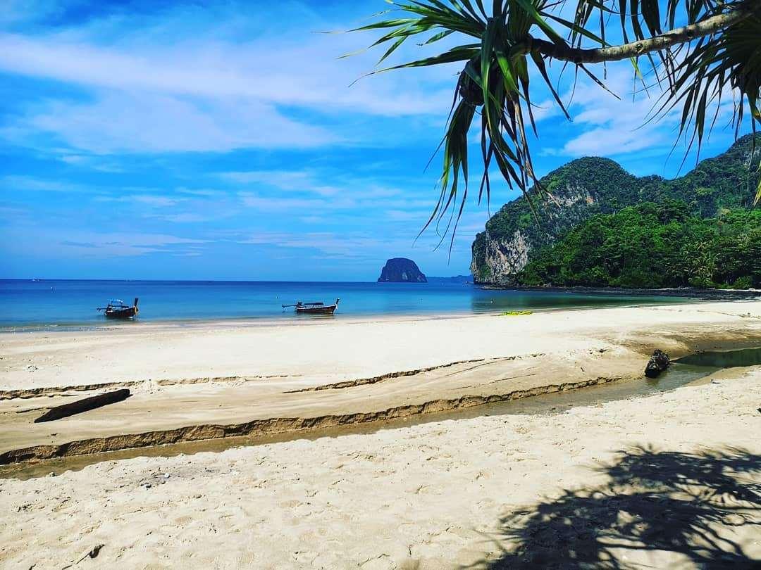 Een strand op Koh Mook
