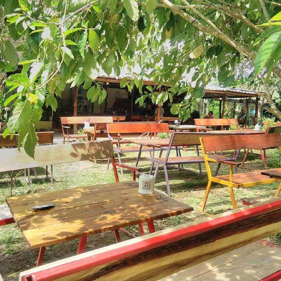 Lekker buiten zitten bij Hilltop Restaurant (een van de beste restaurants van Koh Mook)