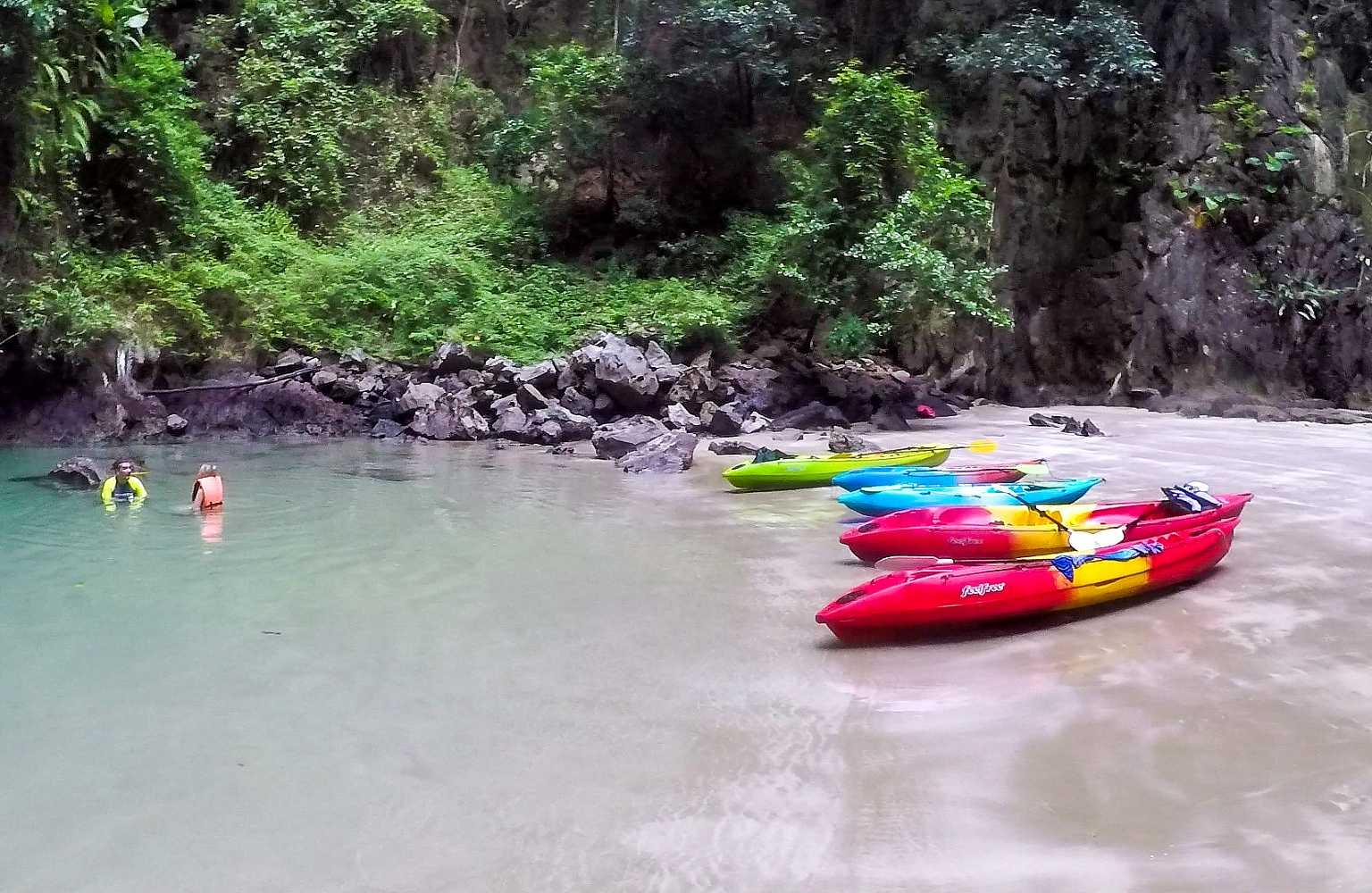 Kayak en mensen in de grot van de Emerald cave