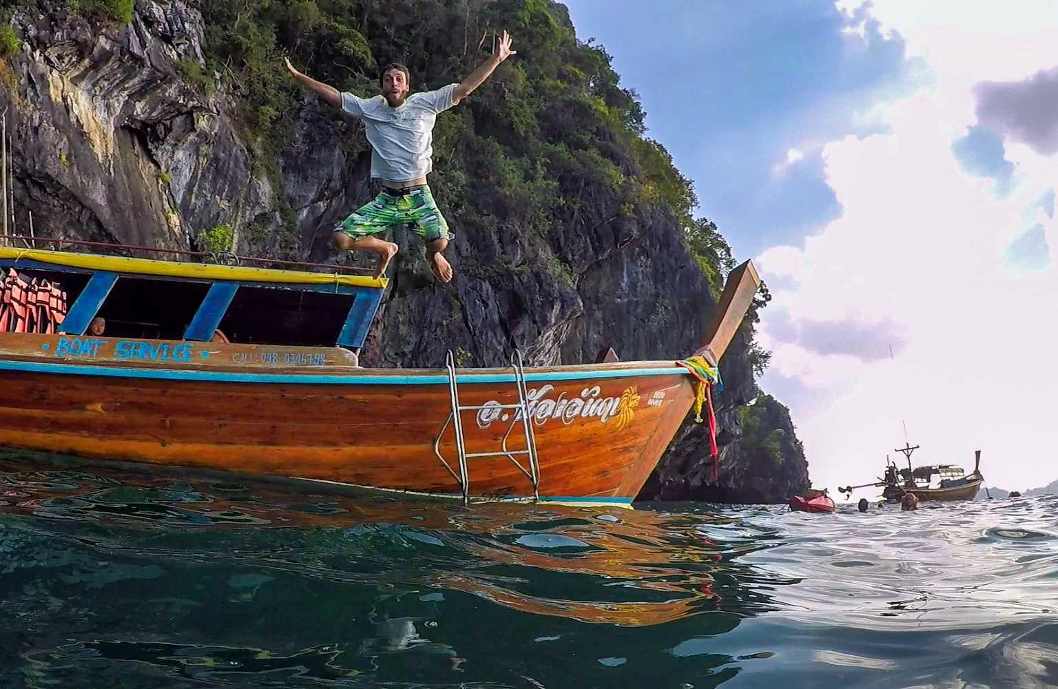 Man springt in het water voor de Emerald Cave