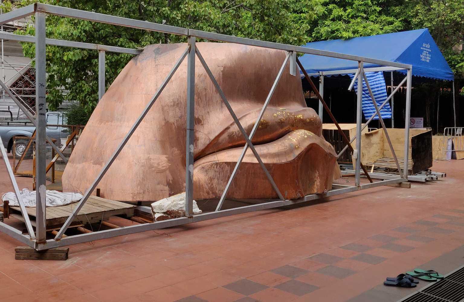 Stuk mond van Boeddha in aanbouw.