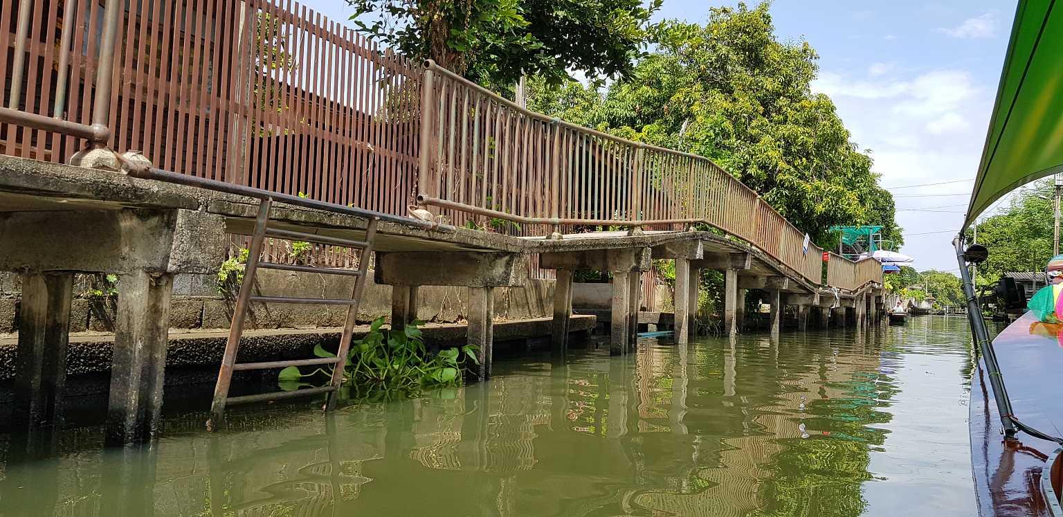 loopbrug langs smal kanaal