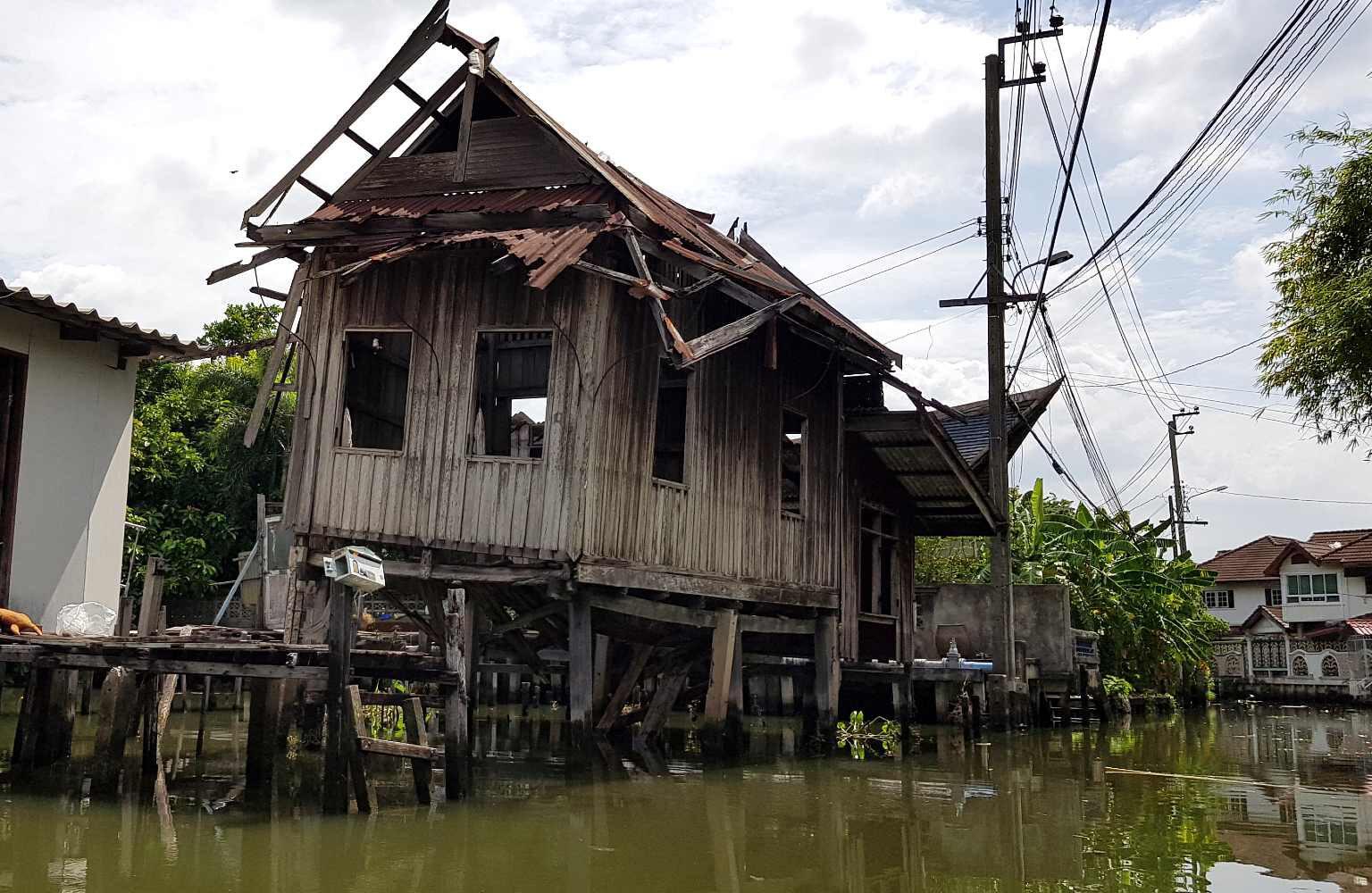 Oud vervallen huis op het water