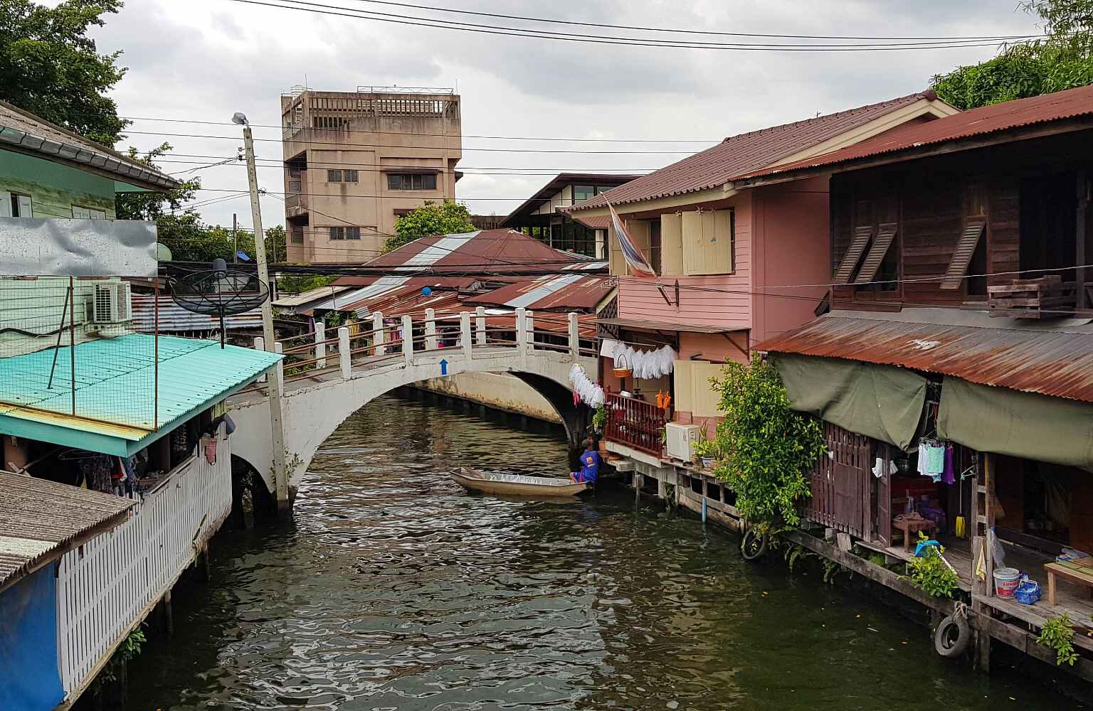 Steil bruggetje over het smalle kanaal