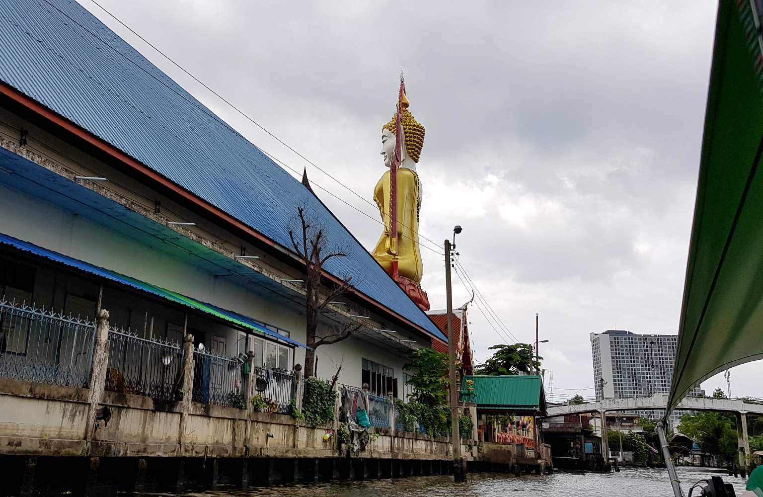 Grote gouden boeddha aan de waterkant