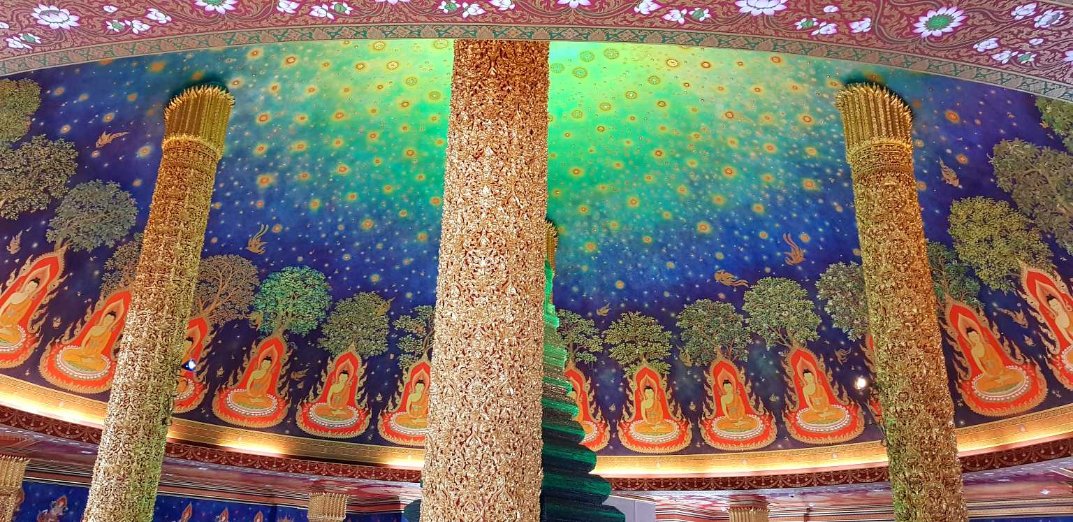 rijkelijk versierd plafond ondersteunt met gouden pilaren.