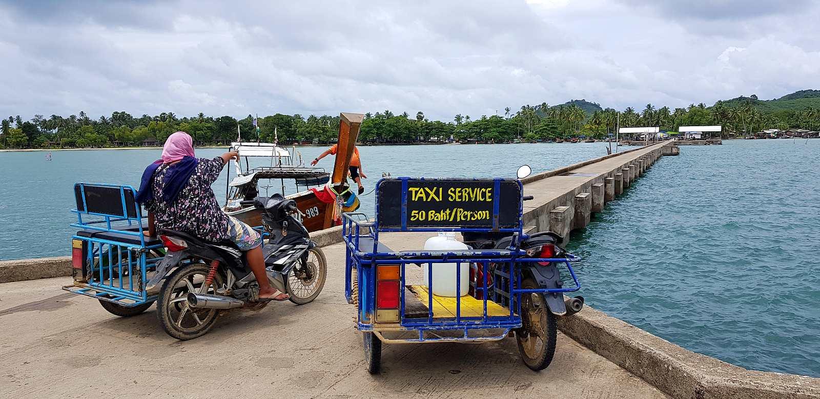 vervoer op Koh Mook, scooter taxi met zijspan op de pier