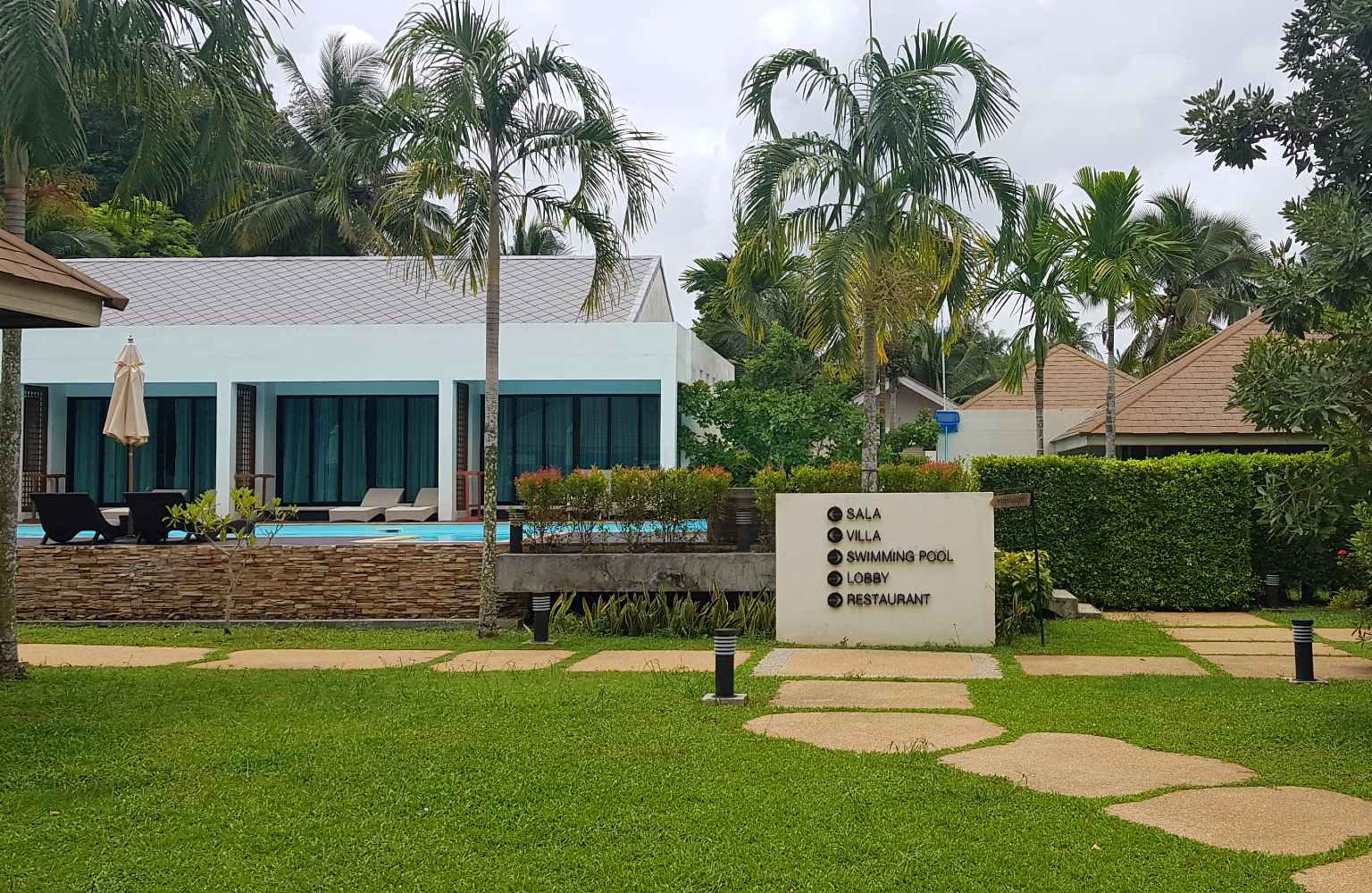 resort terrein met mooi aangelegde tuin rondom het zwembad