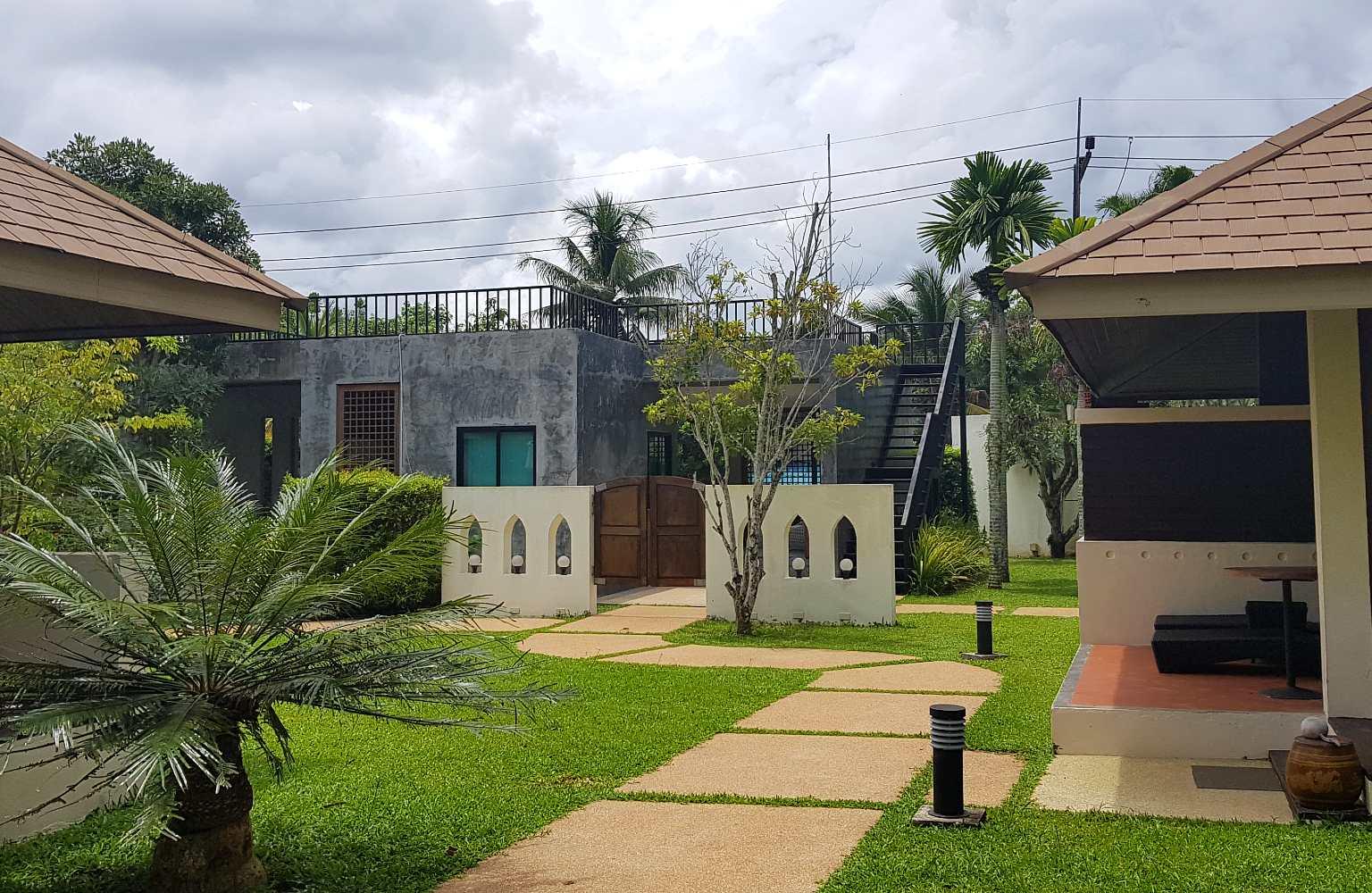 Poort en bungalows in de tuin