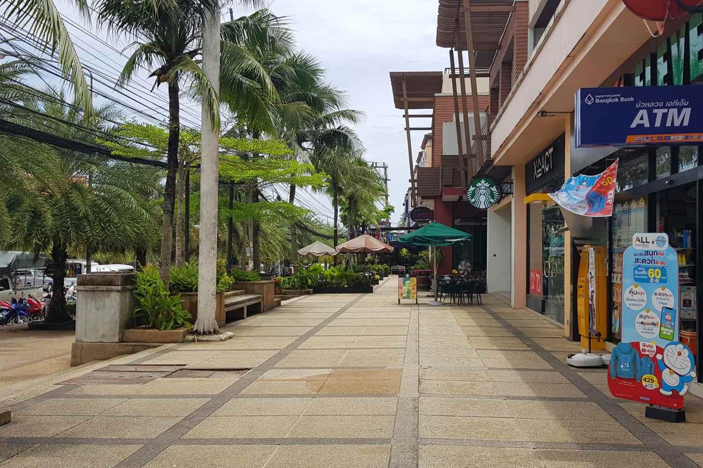 De straat waar het Avani Ao Nang Cliff Krabi Resort aan ligt