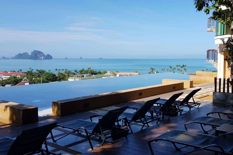 De infinity pool met ligbedjes van het Avani Ao Nang Cliff Krabi Resort