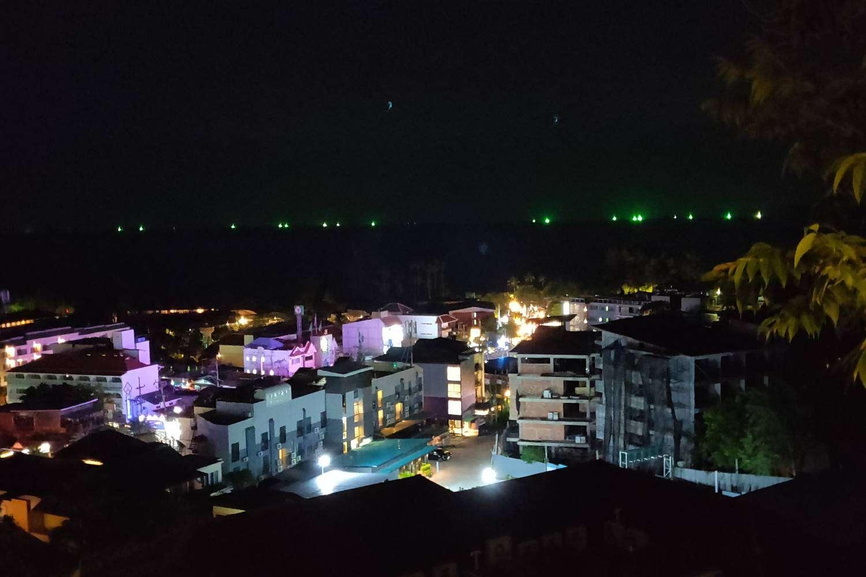 Uitzicht vanaf de Avani Superior Sea View Room in Ao Nang in de nacht